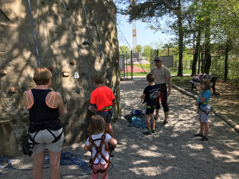 Familienbgruppe beim Klettern