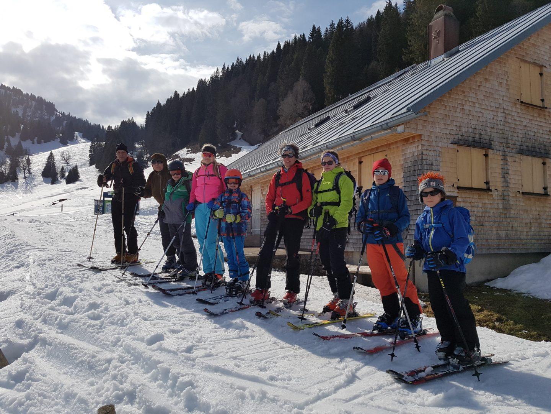Familiengruppe auf Skitour